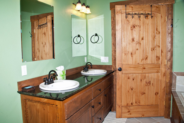 Custom Master Bathroom with Jacuzzi - River View Lodge