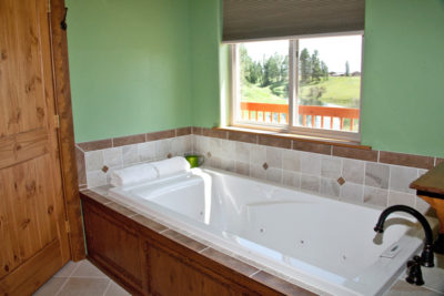 Master Bathroom with Jacuzzi - River View Lodge