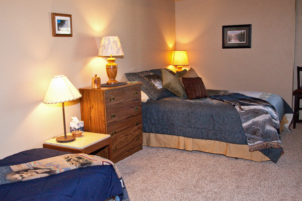 Lower Level Queen and Twin Bedroom - River View Lodge