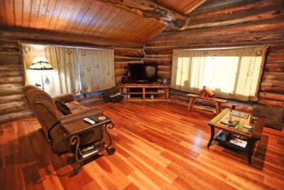 Log-cabin-living-room-at-the-Chisum-Lodge